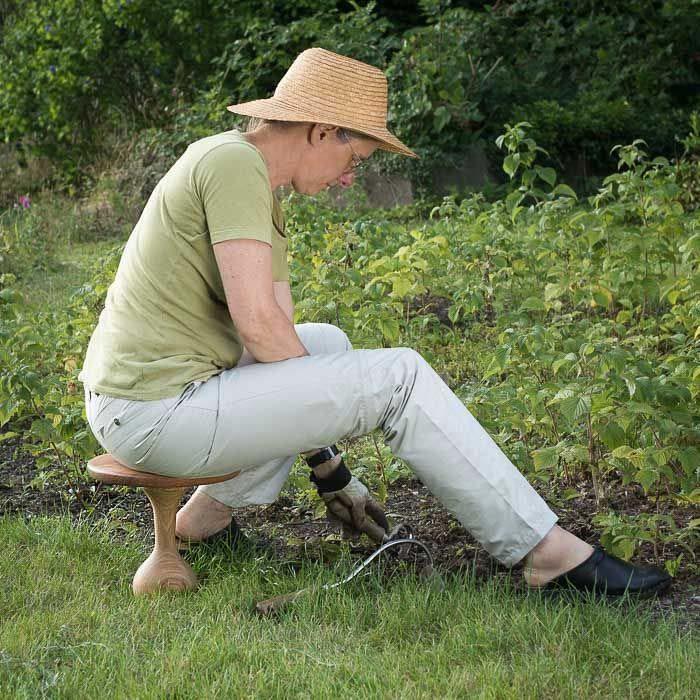 Stokkens kugle giver stor bevægelsesfrihed under havearbejdet.