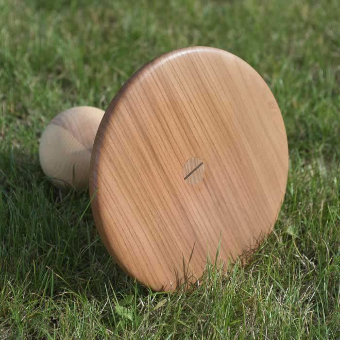 Sædet er lavet af elmetræ, som har en tydelig stuktur og en gyldenrød farve.