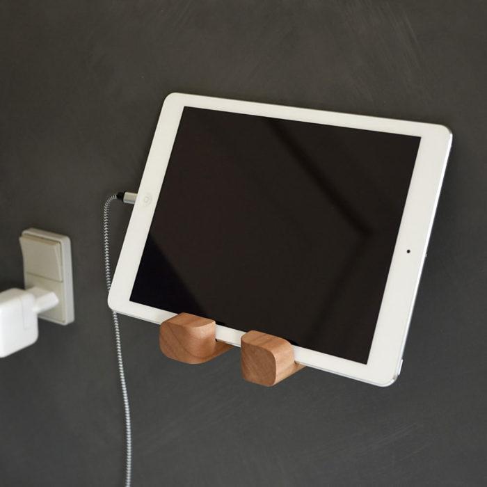 Holderen er også god som iPad-holder eller til andre tabletcomputere. Her udført i massiv elm.