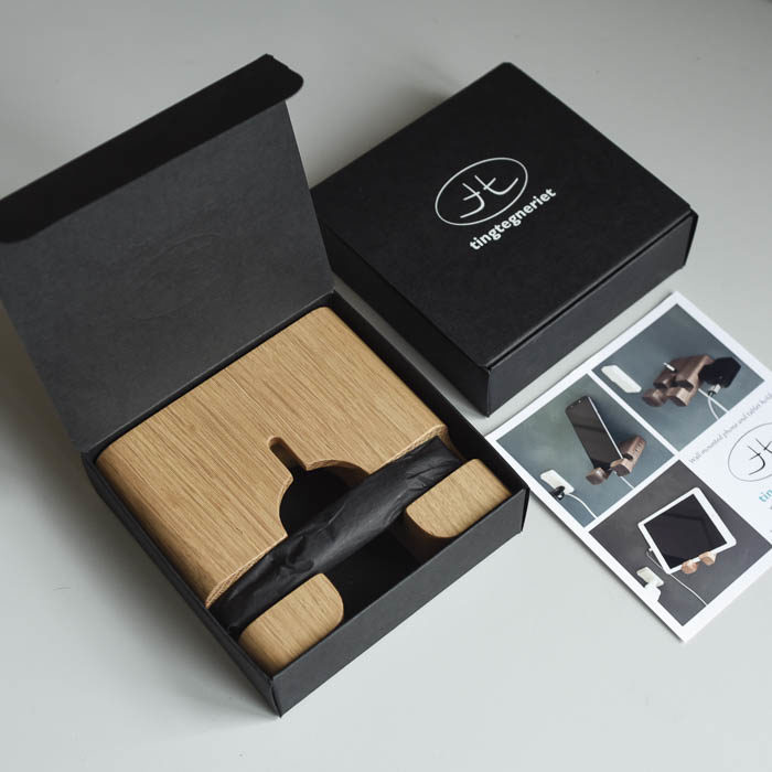 Mobilholderen, den her er i eg, leveres i en gaveæske. Skrue og plug til ophængning er vedlagt.