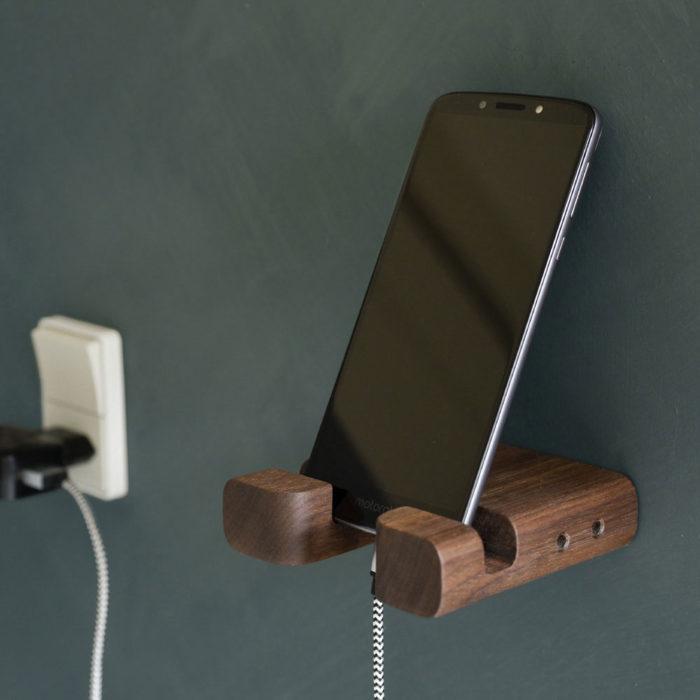 Praktisk Iphone holder. Her er den udført i massiv, røget, amerikansk valnød.