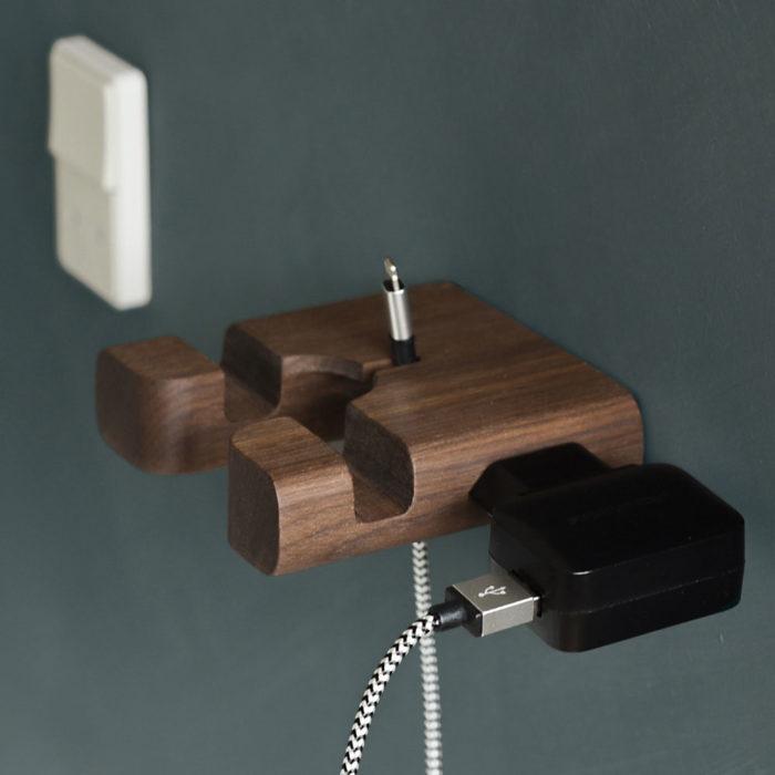 Opladeren opbevares nemt på siden af holderen, så stikkontakten kan bruges til andet.