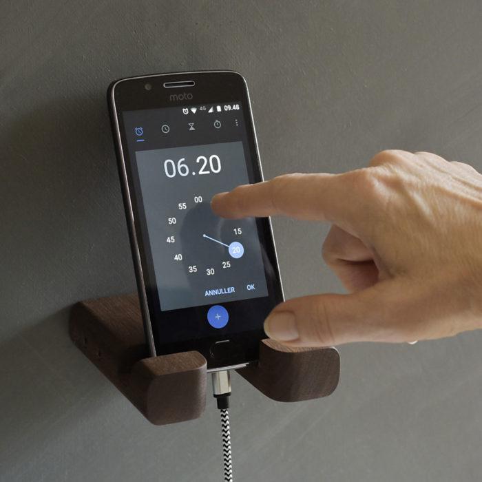 Mobilholderen er god ved betjening af mobilen, til belysning og musik eller som vækkeur ved din seng
