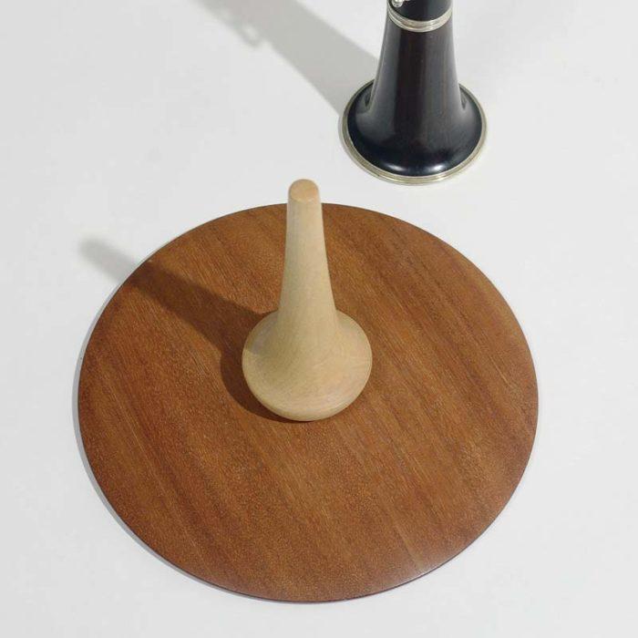 Fodpladen er 22,6 cm i diameter, og der skal meget til før den vælter.