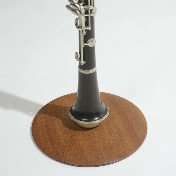 Vi har ønsket at give en fin æstetisk sammenhæng mellem det smukke instrument og holderen.