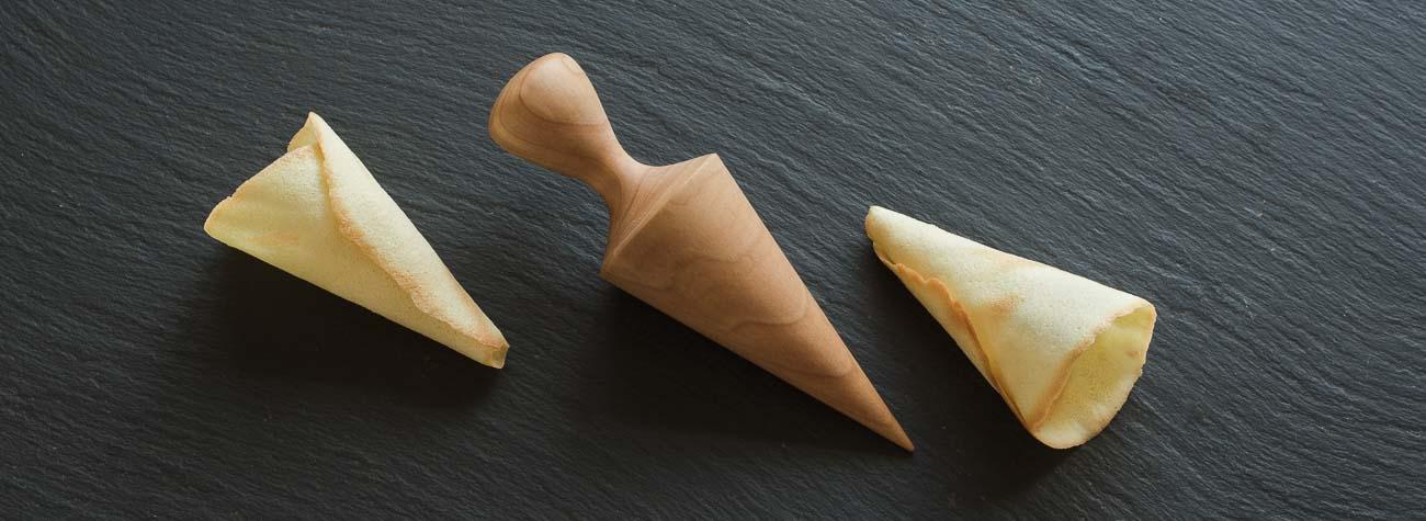 En kræmmerhusform er et lille praktisk bageredskab, som er hånddrejet i ahorn