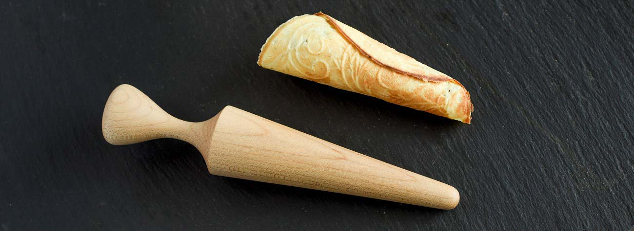 Vaffelform i træ til at rulle norske krumkager, som minder om Gode Råd Kager