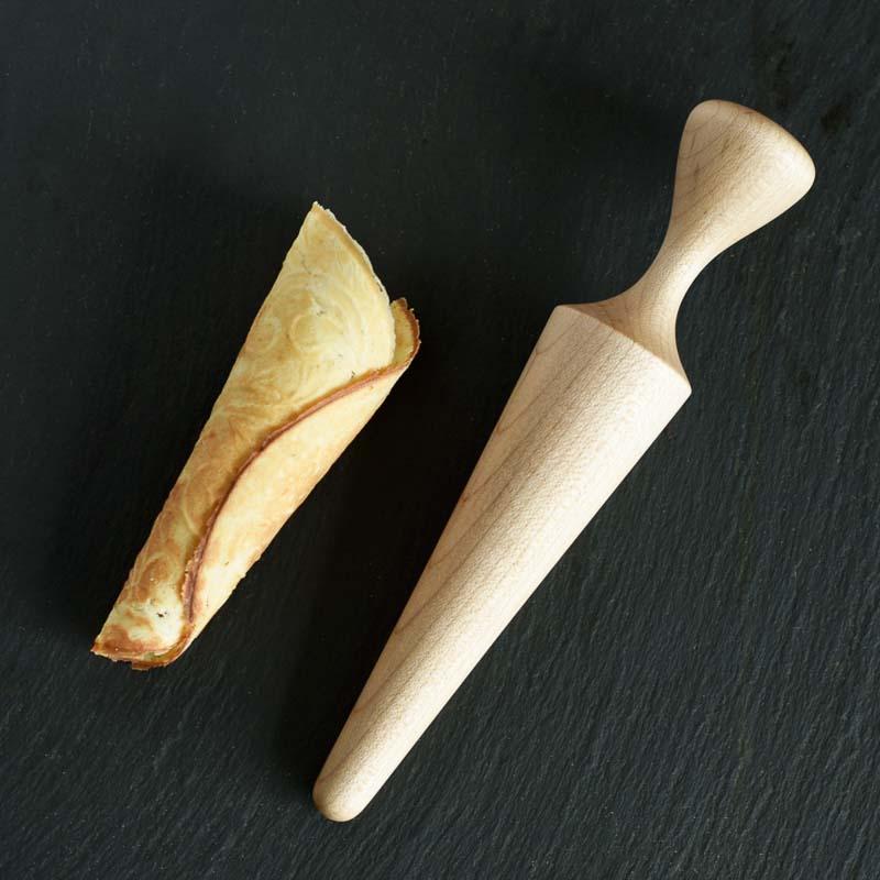 Krumkageformen er hånddrejet i massiv ahorn.