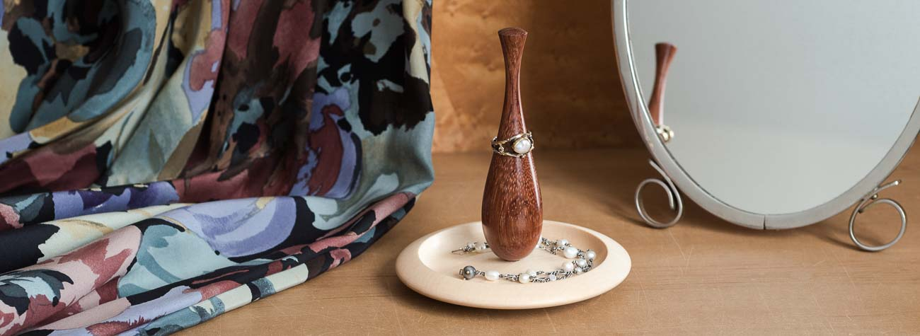 Ringholder i træ til smykkeopbevaring på toiletbordet – dansk brugskunst