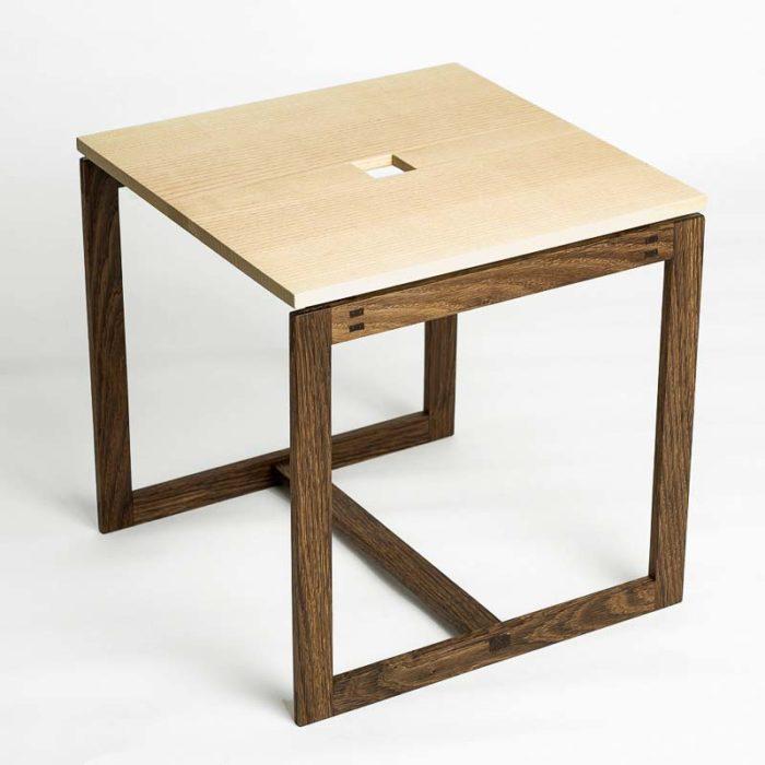 Hullet i midten gør det let at gribe fat med én finger og tage bordet med sig.