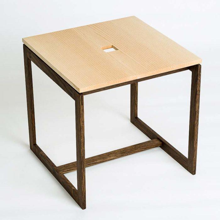Bordet er kubisk og måler 33 cm på alle leder.