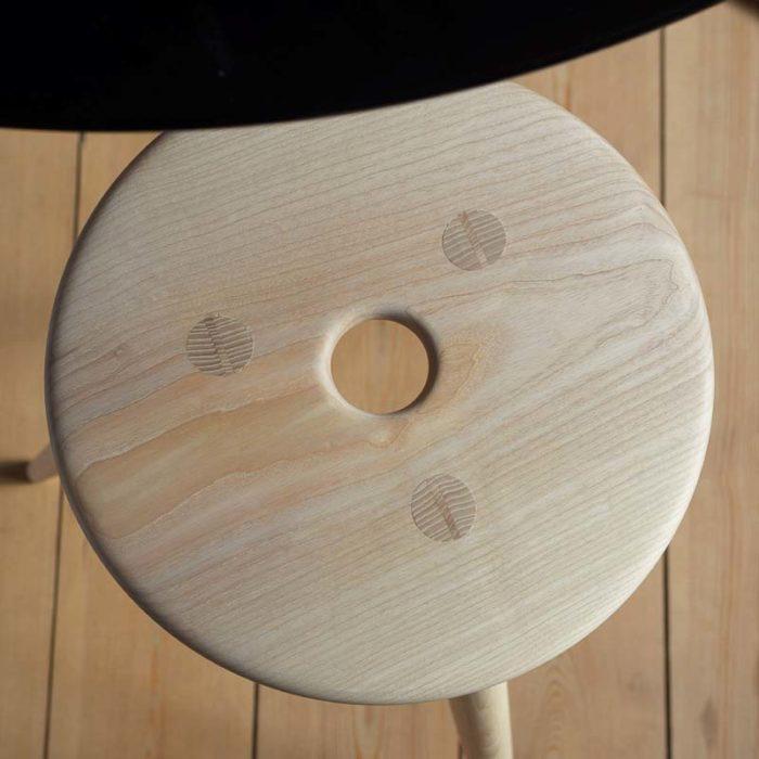 Sæde og ben er samlet med gennemgående tapper med kilelås.
