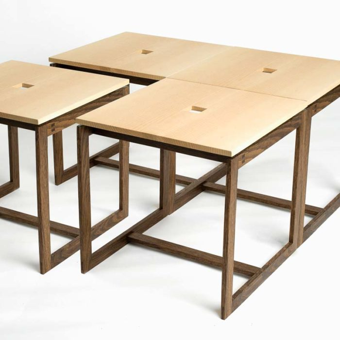 4 borde, som er stillet sammen til et sofabord.