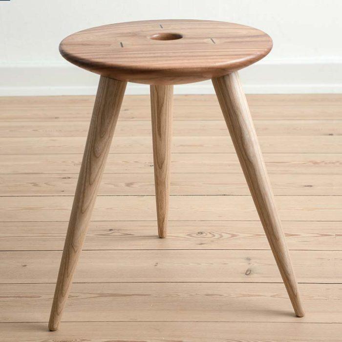 Taburet med sæde udført i elm og ben i  ren ask.
