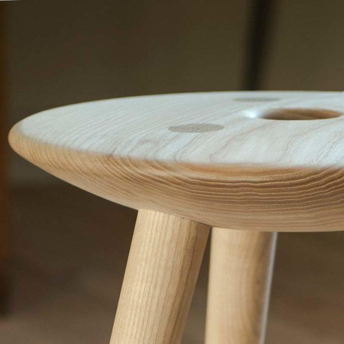 Sædet har en let konveks overflade. Det giver en ergonomisk åben siddestilling med bevægelsesfrihed
