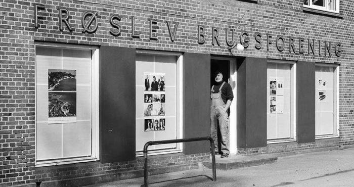 Claus står i døren til den gamle Frøslev Brugsforening, hvor vi har tegnestue og snedkerværksted