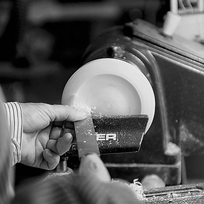 Vores produkter fremstilles alle i hånden. Her drejes ringholderens tallerken.