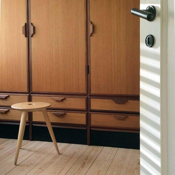 Taburetten har siddehøjde som en almindelig stol og kan bruges mange forskellige steder i hjemmet.